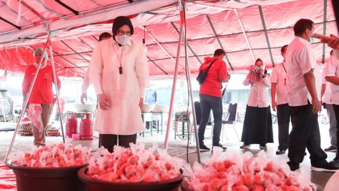 Mensos Tri Rismaharini meninjau aktivitas perebusan dan pengepakan telur di tenda Tagana di halaman belakang kantor Kementerian Sosial.