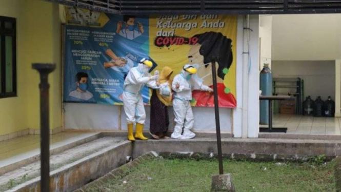 Petugas medis menangani pasien terjangkit positif COVID-19 di Kabupaten Garut, Jawa Barat, beberapa waktu lalu.