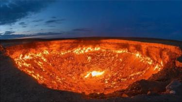 https://thumb.viva.co.id/media/frontend/thumbs3/2021/06/24/60d44f790e8a9-misteri-gerbang-neraka-asal-usul-kawah-darvaza-dan-penyebab-api-terus-berkobar-selama-puluhan-tahun_375_211.jpg
