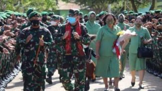VIVA Militer: Pangdivif 3 Kostrad Mayjen TNI Wanti Waranei F.Mamahit