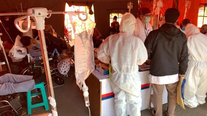 Tenaga Medis Sedang Merawat Pasien di Tenda Darurat COVID-19 RSUD Kota Bekasi