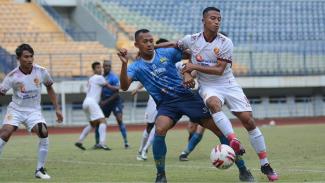 Pemain Seleksi Persib Sansan Fauzi saat uji coba dengan Sriwijaya FC di GBLA.