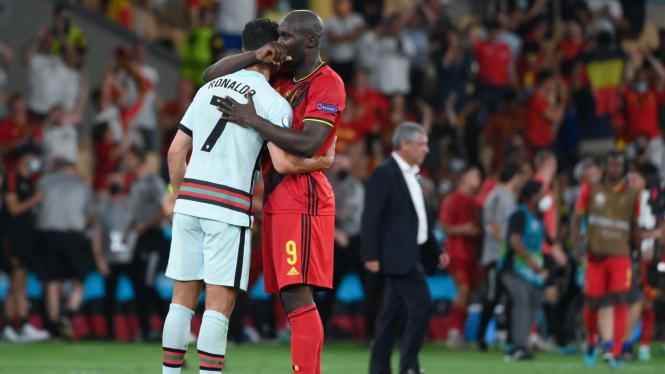 Romelu Lukaku memeluk Cristiano Ronaldo