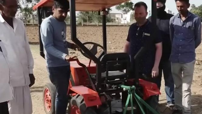 Traktor bertenaga surya buatan petani India.