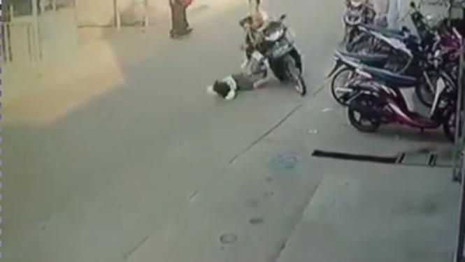 Viral anak tabrak motor saat menyeberang (Instagram/ndorobeii)