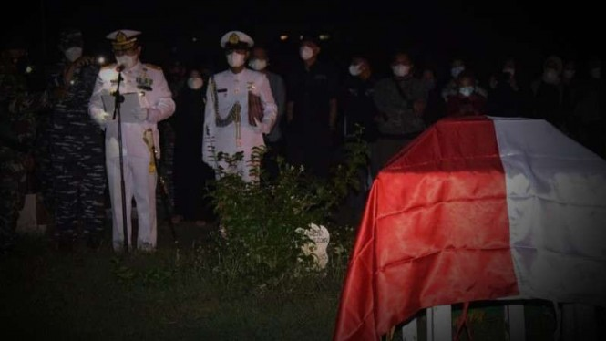 VIVA Militer: Prosesi pemakaman militer Laksamana Pertama TNI Roedy Santoso.