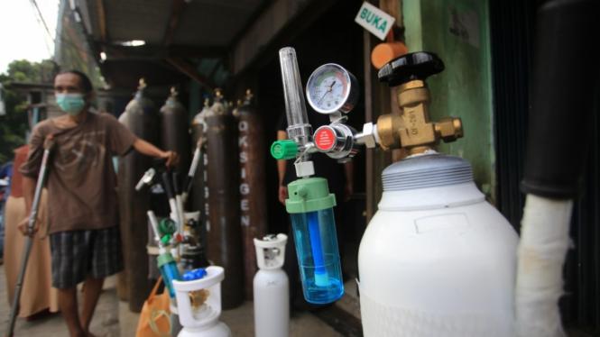 Antrian Warga isi Ulang Tabung Oksigen