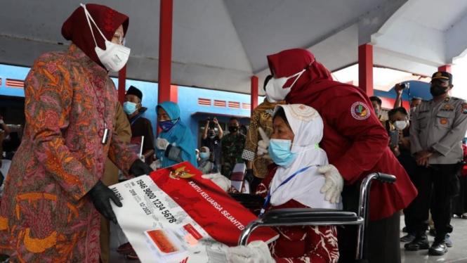 Mensos Risma secara simbolis menyerahkan KKS dan Buku Tabungan kepada 12 orang KPM  di Balai Desa Kanigoro, Kecamatan Pagelaran, Kab. Malang (29/06/2021).