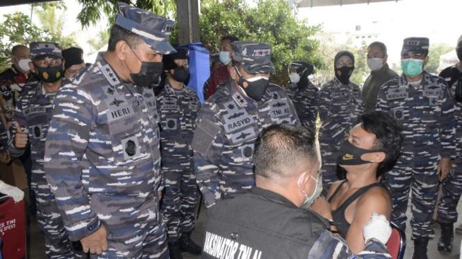 VIVA Militer: Wakasal tinjau serbuan vaksin di Pasar Ikan Muara Angke