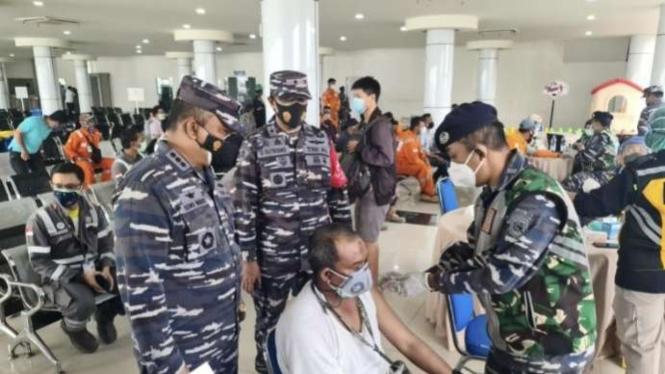 VIVA Militer: Danlanal Balikpapan tinjau serbuan vaksinasi di Pelabuhan Semayang