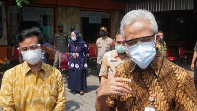 Gubernur Jawa Tengah Ganjar Pranowo bersama Wali Kota Solo Gibran Rakabuming Rak