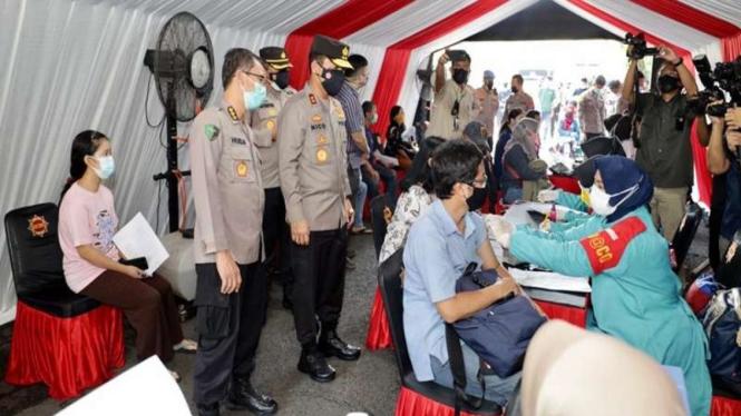 Kapolda Jatim Irjen Pol Nico Afinta meninjau gerai vaksinasi di Surabaya