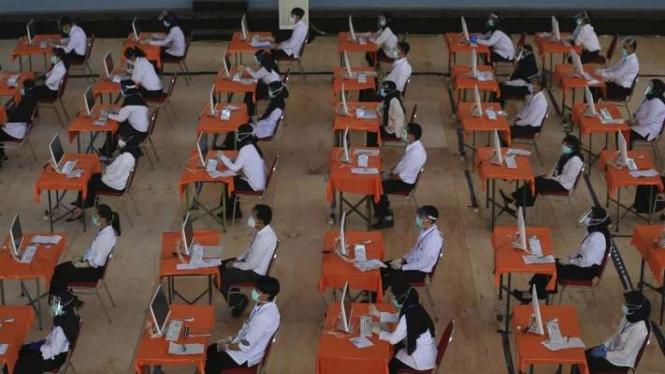 Ribuan peserta mengikuti tes SKD CPNS 2020 di Gelanggang Remaja Surabaya.