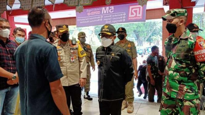 Wali Kota Malang Sutiaji (baju hitam)