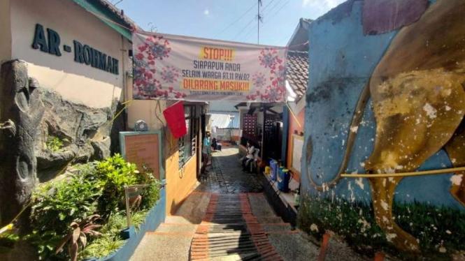 Sebuah perkampungan di Jalan Jaksa Agung Suprapto, Samaan, Kota Malang, Jawa Timur, Kamis, 1 Juli 2021, ditetapkan sebagai kawasan zona merah COVID-19 setelah belasan orang positif COVID-19 hingga menjadi klaster khusus.