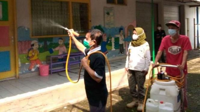 Penyemprotan disinfektan di Kemanggisan, Palmerah, Jakbar.