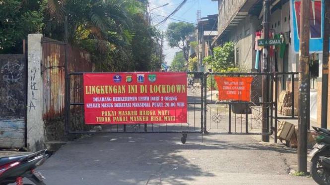 Kompleks di Kebon Jeruk diportal karena lockdown dan penjaganya pungli
