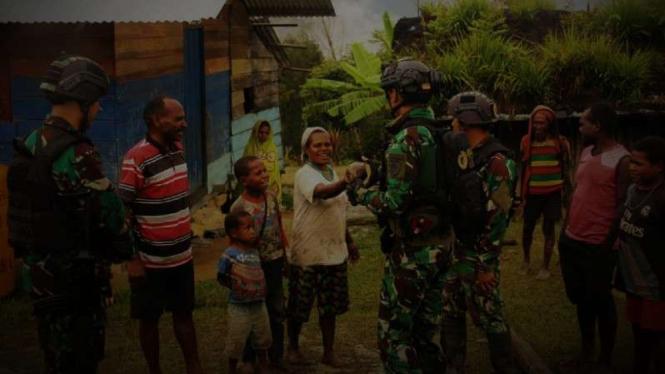 VIVA  Militer: Pasukan Yonif Para Raider 501/BY bercengkrama dengan masyarakat.