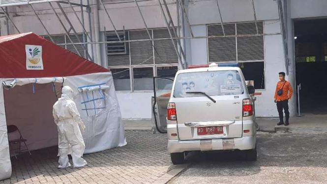 Petugas medis bersiap menerima pasien COVID-19 di Solo Techno Park, gedung bekas lokasi perakitan mobil Esemka yang dimodifikasi sebagai tempat karantina, Solo, Jawa Tengah, Jumat, 2 Juli 2021.