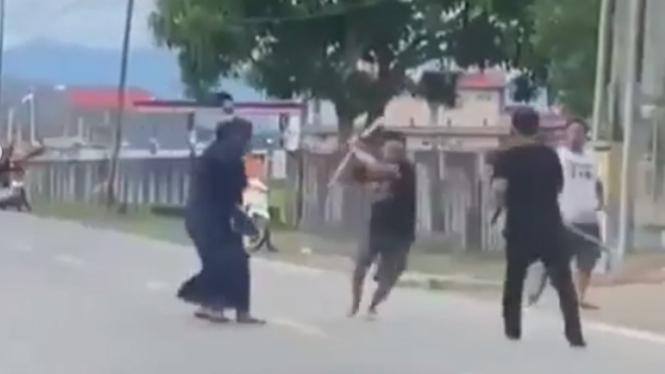 Viral Emak-emak Lerai Duel Pria Pakai Samurai di tengah Jalan (Instagram/sidrapinfo)