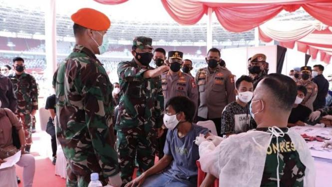 VIVA Militer: Panglima TNI tinjau serbuan vaksinasi di GBK Senayan