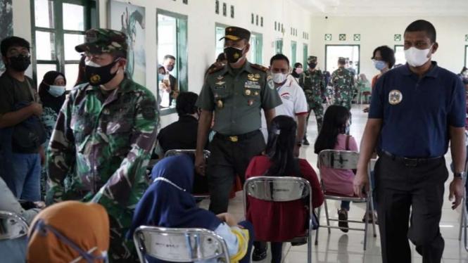 VIVA Militer:Danrem 061/SK tinjau serbuan vaksinasi di Mako Pasukan Setan TNI AD