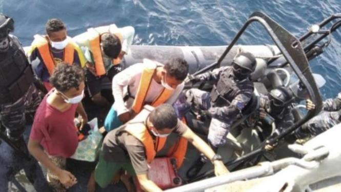 VIVA Militer: TNI AL Jemput 5 nelayan asal Indonesia yang terdampar di Malaysia