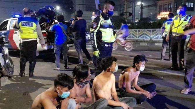 Gerombolan anak muda konvoi bawa celurit saat PPKM Darurat.