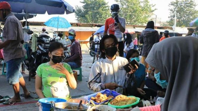 Penjual makanan di Semarang saat PPKM hanya boleh dibungkus