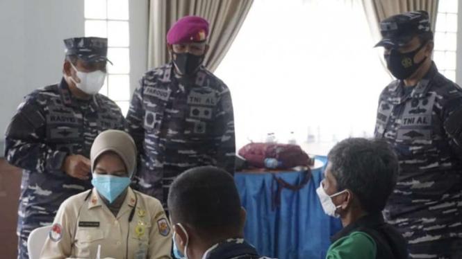 VIVA Militer: Pangkoarmada I dan Danlantamal III tinjau serbuan vaksinasi