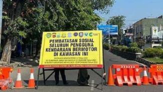 Satu ruas jalan di Kabupaten Karawang, Jawa Barat, ditutup menyusul kebijakan PPKM Darurat untuk pengendalian COVID-19. (Foto ilustrasi)