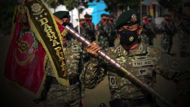 VIVA Militer: Serah terima Komandan Yonif PR 305/Tengkorak Kostrad TNI.