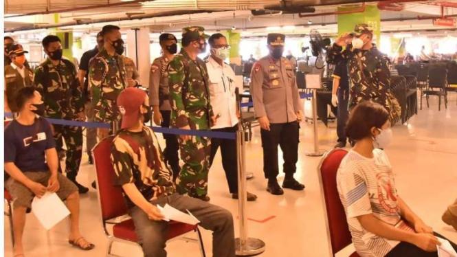 VIVA Militer: Panglima TNI tinjau serbuan vaksinasi di Mal Avenue PIK