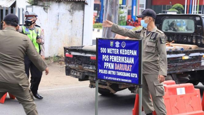 Penyekatan kendaraan di wilayah Kota Tangerang selama PPKM darurat.
