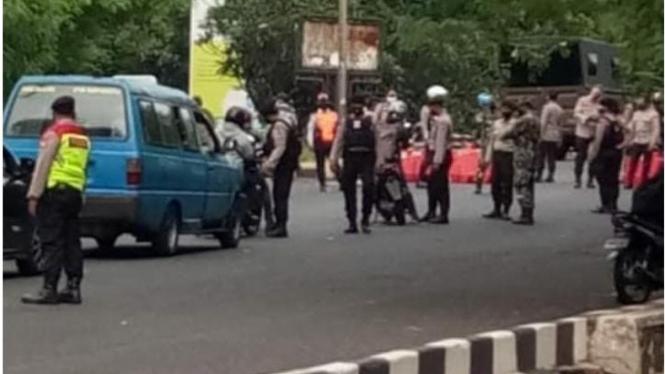 Penyekatan jalan raya akses UI Depok, Jawabarat