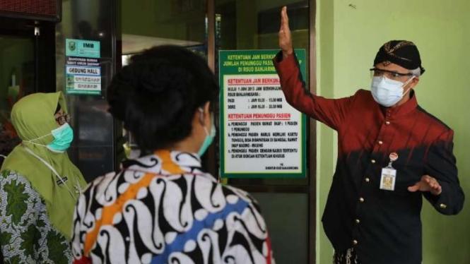 Gubernur Jawa Tengah Ganjar Pranowo berbincang dengan sejumlah petugas medis saat menginspeksi penanganan pasien COVID-19 di RSUD Hj Anna Lasmanah, Banjarnegara, Kamis, 8 Juli 2021.