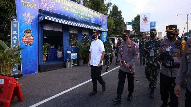 Panglima TNI, Kapolri, Menkes dan Kepala BNPB meninjau vaksinasi massal