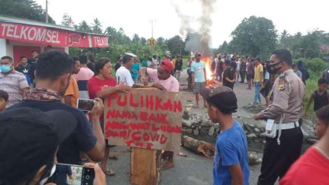 Wsarga tutup jalan di Seram,  Maluku.