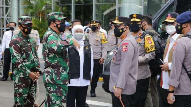 Kepala Polri Jenderal Listyo Sigit Prabowo dan Panglima TNI Marsekal Hadi Tjahjanto meninjau vaksinasi di Surabaya, Jawa Timur, 9 Juli 2021.