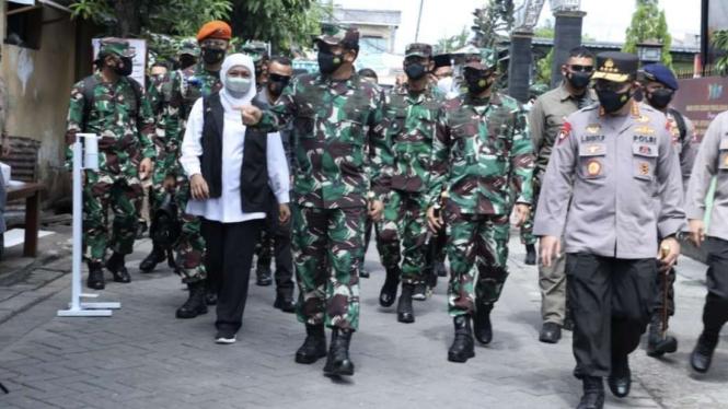 VIVA Militer: Panglima TNI tinjau serbuan vaksinasi di Surabaya