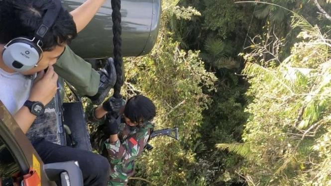 VIVA Militer: Prajurit TNI terus kejar kelompok teroris MIT ke tengah hutan Poso