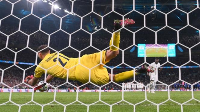 KIper Timnas Italia, Gianluigi Donnarumma saat gagalkan penalti Bukayo Saka