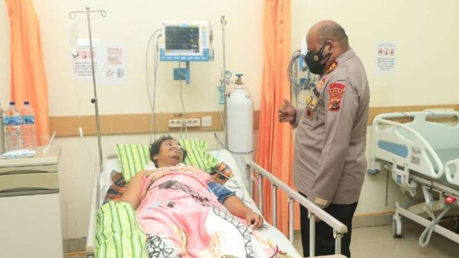 Briptu Kenny Karlos dijenguk oleh Kapolda Papua Mathius Fakhiri