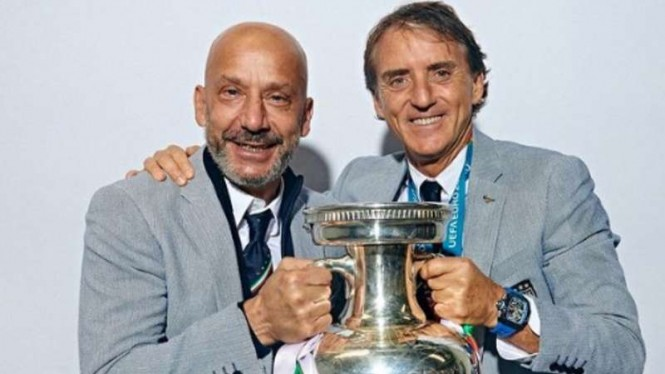 Pelatih Italia, Roberto Mancini (kanan)