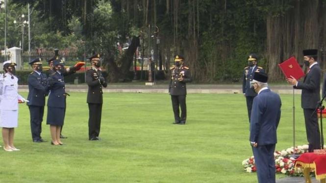 VIVA Militer: Presiden RI Joko Widodo Lantik 700 Perwira TNI - Polri di Istana