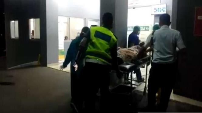 Petugas PJR Polda Metro Jaya mengevakuasi ibu hamil