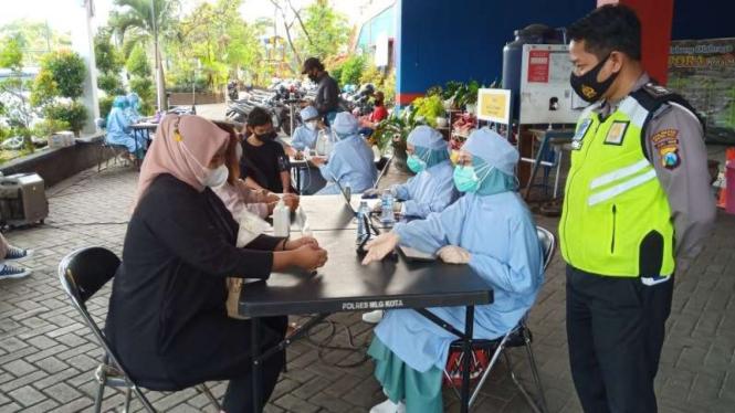 Vaksinasi massal di Kota Malang.