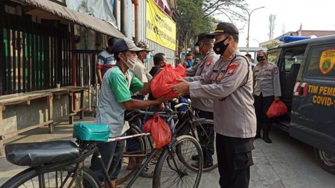 Pemberian bansos kepada warga terdampak PPKM darurat
