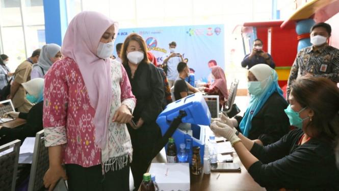 Wakil Wali Kota Makassar, Fatmawati Rusdi, menyemangati peserta vaksinasi di Mal Pipo.