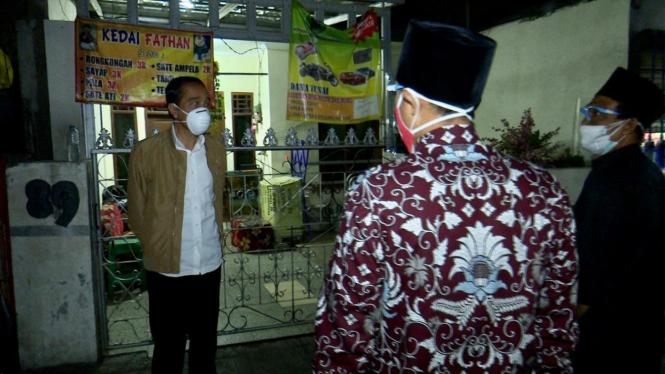 Presiden Jokowi Bagikan Sendiri Obat Isoman dan Sembako di Sunter Agung, Jakut